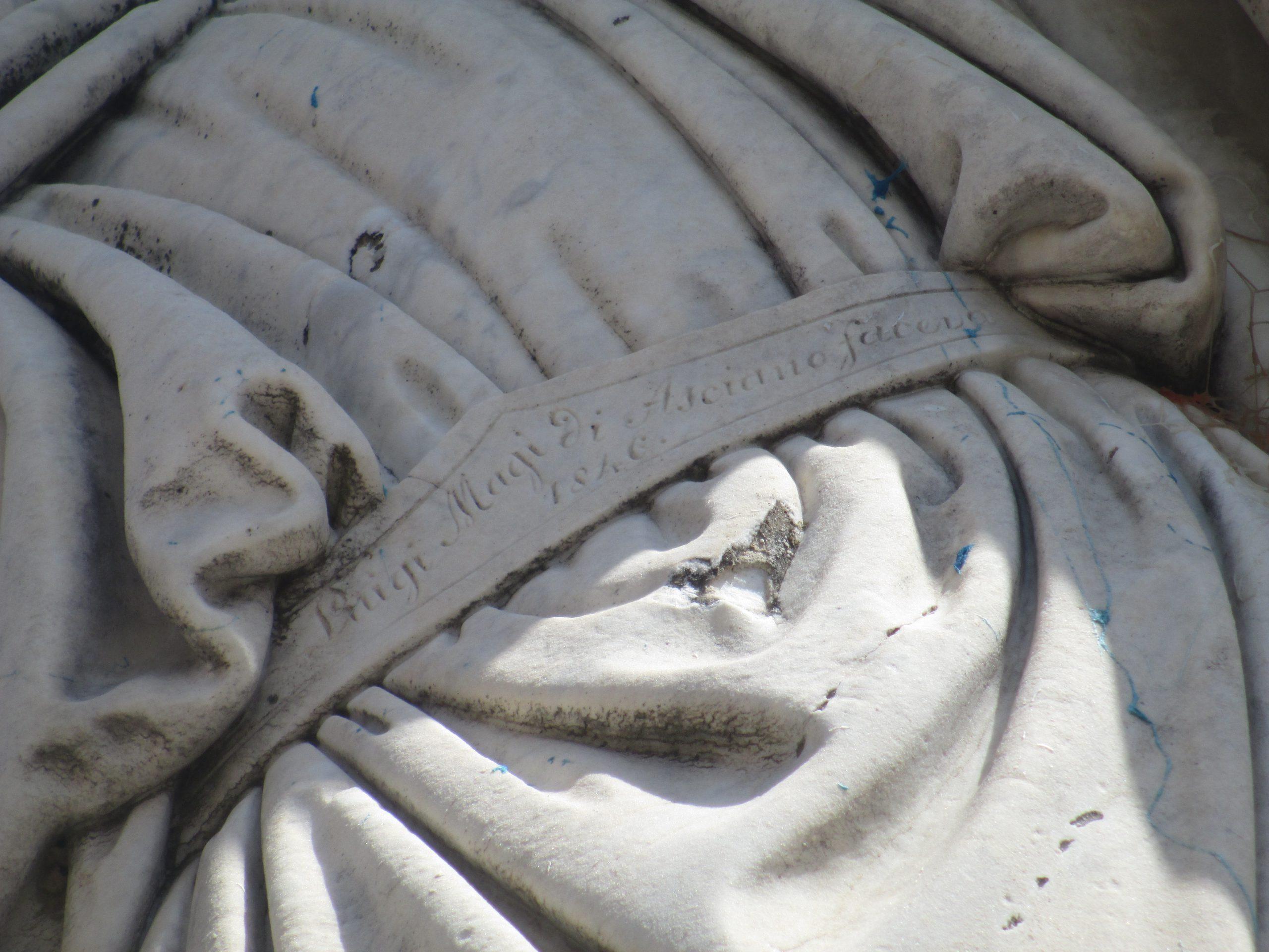 particolare del monumento a Canapone dello scultore ascianese L. Magi